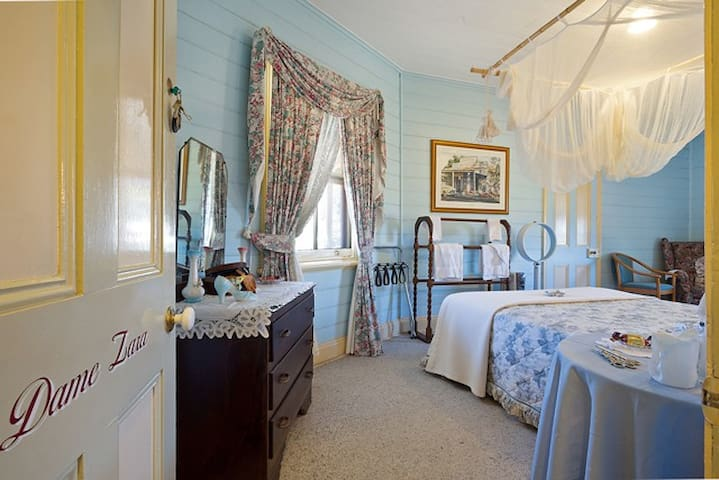 Dame Zara Queen Room -Two Story B&B Central Tilba