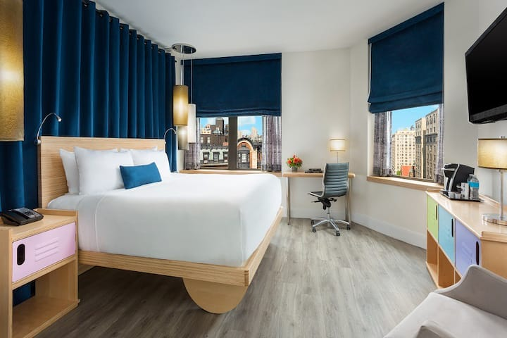 UWS King Room with Broadway View Near Central Park