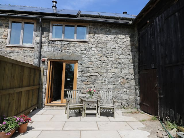 THE STABLE, pet friendly, with a garden in Rhayader, Ref 943113
