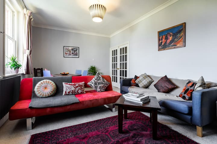 Spacious London Flat for up to 5, inc breakfast
