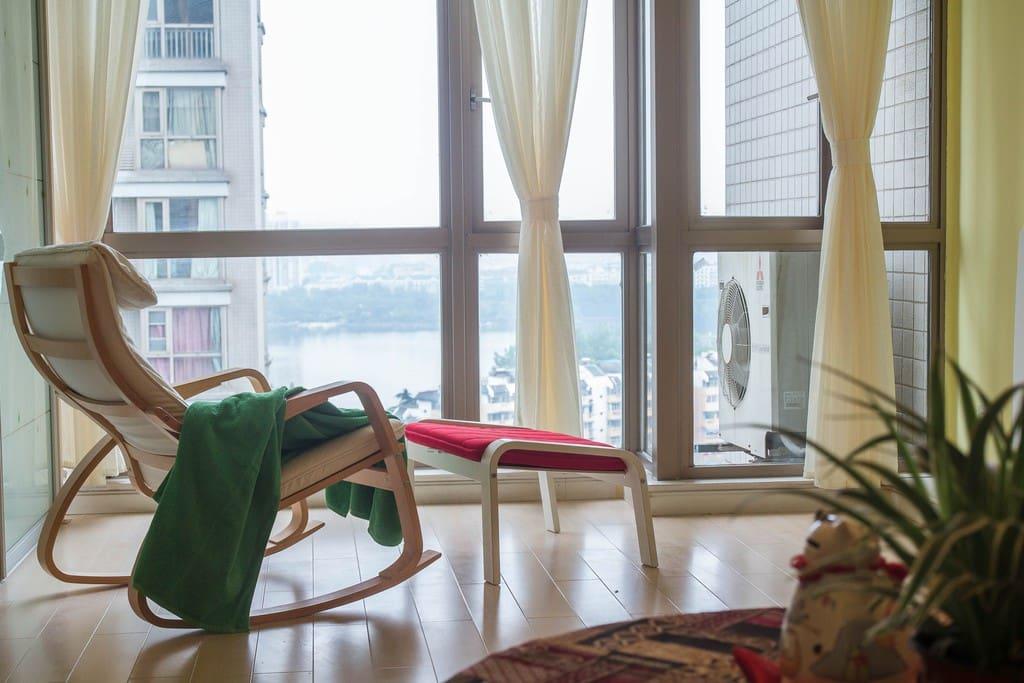 摇椅和脚凳,放在落地玻璃窗的阳台上……这里是整套房子我最喜欢的地方,有点舍不得呢