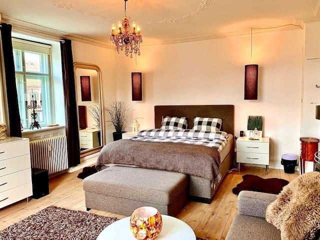 Room1:Beautiful Light Spacious Room W/Cosy Balcony