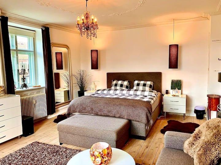 Room1: Beautiful Light SpaciousRoom W/Cosy Balcony