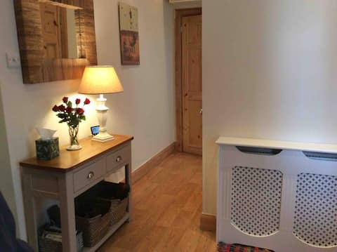 Cosy, quiet  2 bedroom cottage flat in Glasgow.