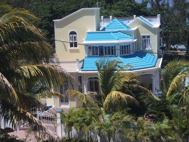 Luxury 5 bedroom beachfront Villa - Blue Bay - House