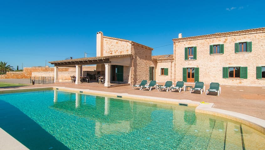 Fantastic Villa with Pool, Wi-Fi, Garden and Terrace; Parking Available