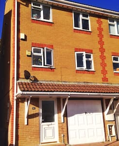Double room in a lovely home in a private close. - Newhaven - Huis
