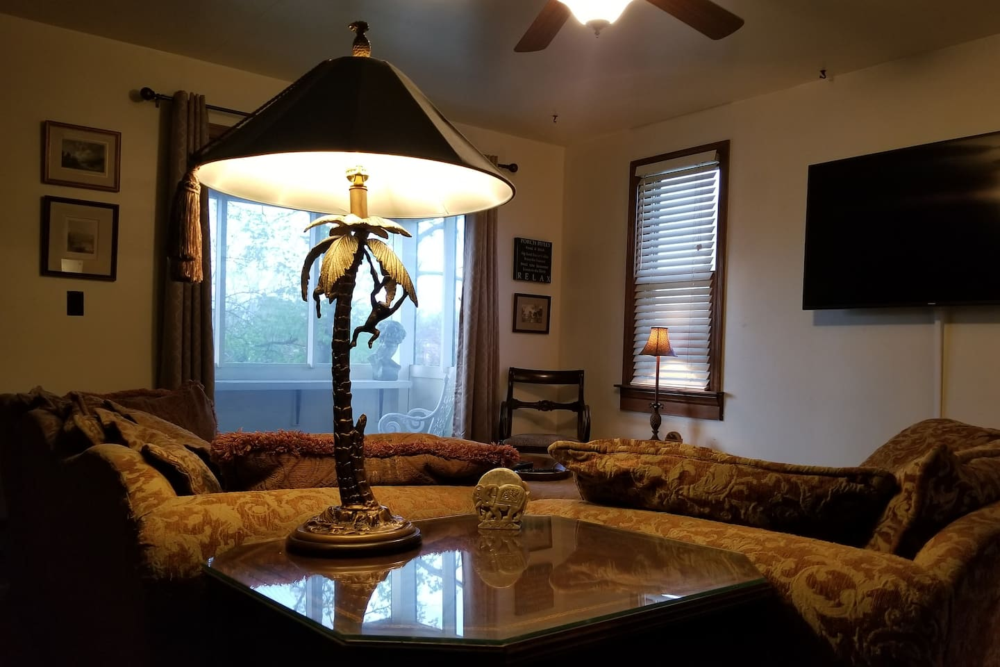 """10 minutes to Notre Dame.  Complete comfort to enjoy the new Ultra Hd 55"""" Samsung Smart TV.  Bernhardt couch, love seat and ottoman so comfortable you may fall asleep"""