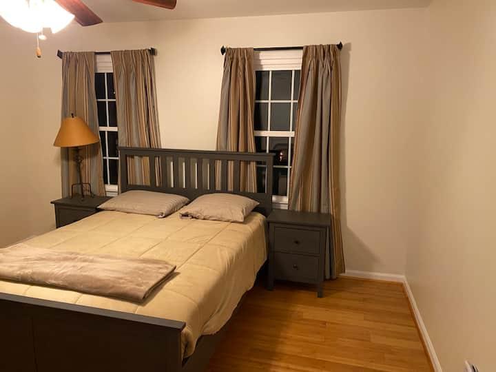 Spacious room in Windward Community near lake