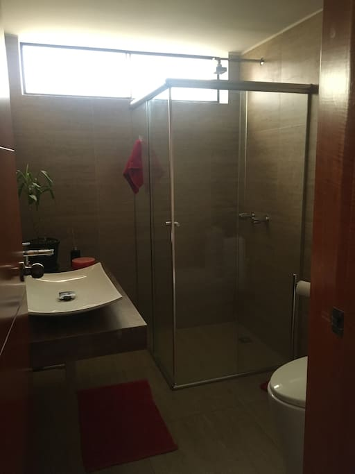Baño moderno con ducha española y agua caliente