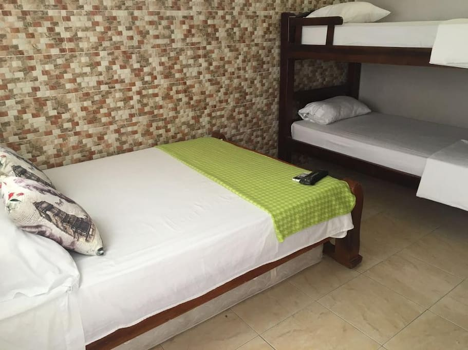 1 Cama doble con 1 cama auxiliar y un camarote