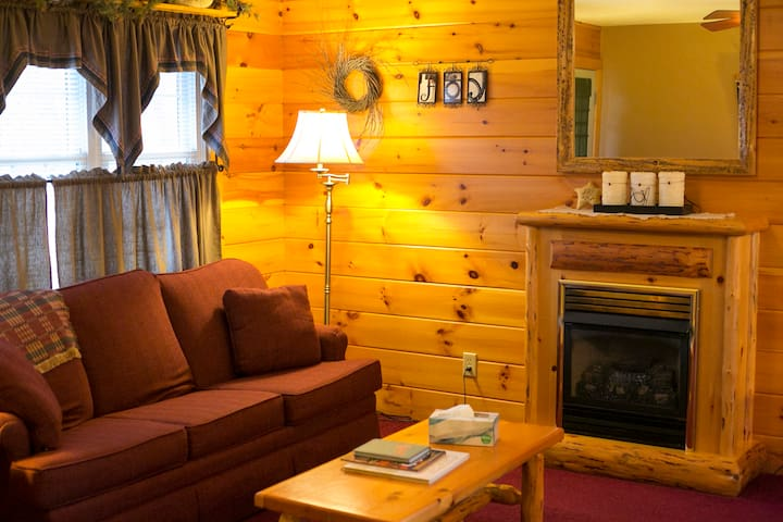 2-Bed 2-Bath Lodge w/ Fireplace, Kitchen & Jacuzzi