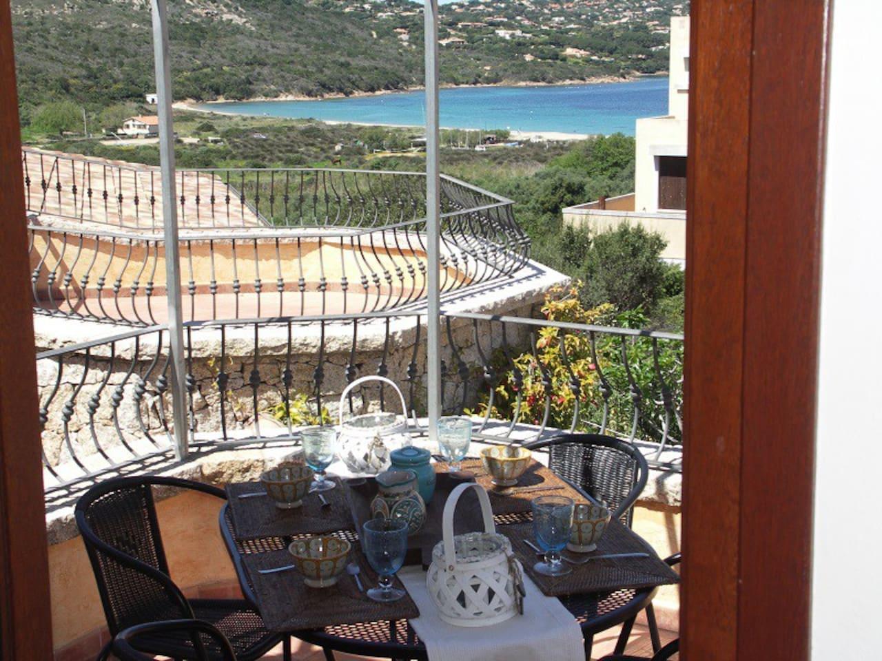 veranda con vista spiaggia/mare con tavolo pranzo/cena