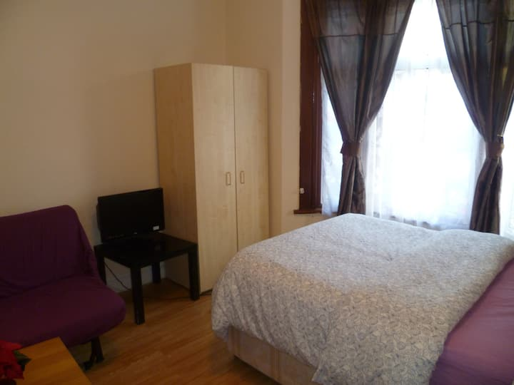 LONDON NAPIER STUDIO, SLEEPS 2, CLOSE TO CITY.