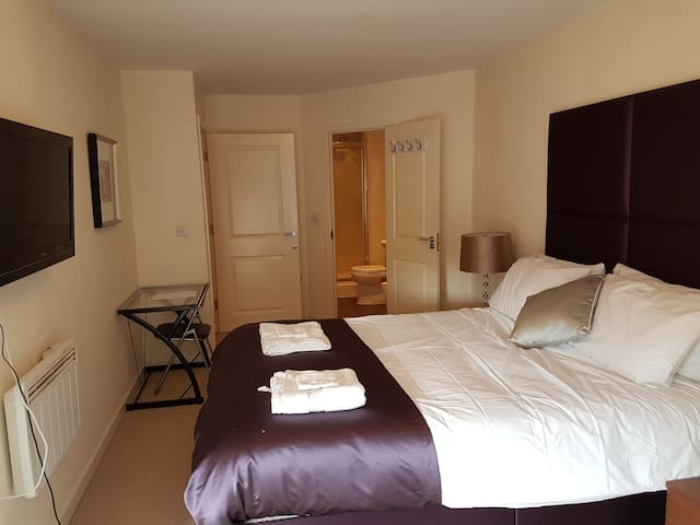 Beautiful ensuite room with amazing king size bed - Slough - Pis