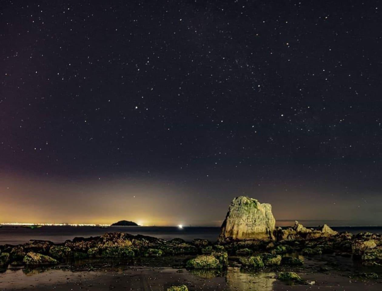 Pedras da Fortaleza, Ilha Feia e as estrelas ✨  Foto: @eduardo.boeing  #vemprapenha