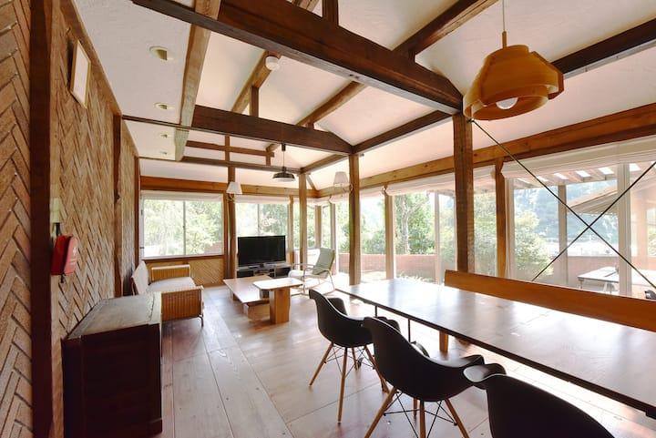 お寺の敷地内にある「たたらの町を望める」貸別荘(森の宿 TERA- CE  House)