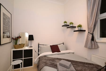 Double room in beautiful garden apartment - Ealing - London