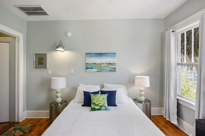 Historic Tybee Inn: King Bed 400ft to Beach