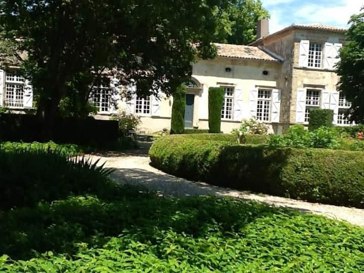 Demeure de charme en Occitanie-grand parc-piscine