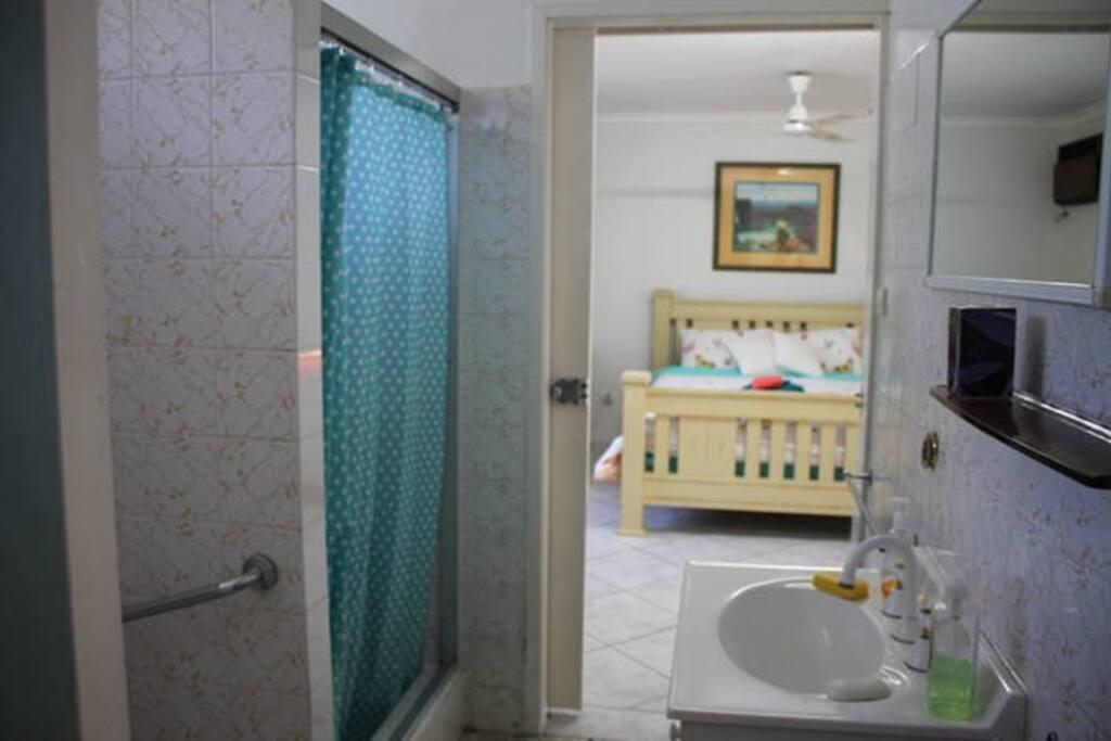 Bath room right next to your room シャワーとトイレは部屋のすぐ隣