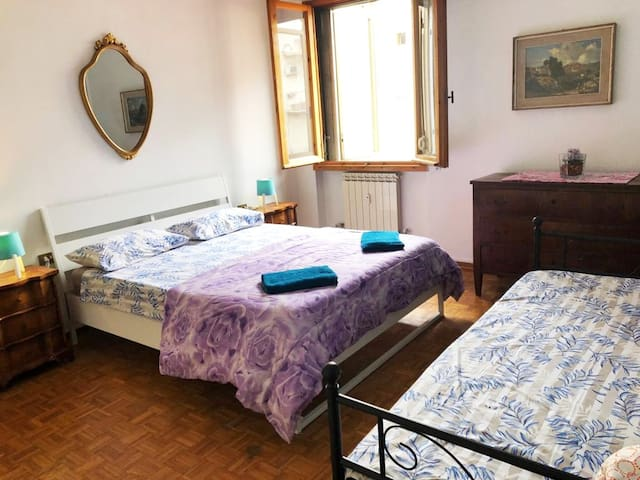 private ROOM VENUS / 10 min to city center by tram