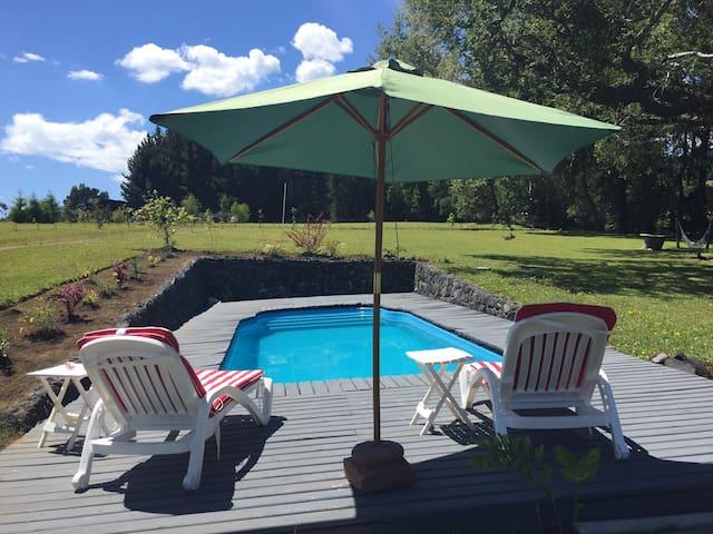 Amplia piscina (8x4), y cómodo deck para sillas de descanso.