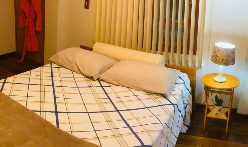 Quarto 01: cama Queen Acomodam com maior conforto casal ,  entrada privativa da casa principal  Este quarto possui um banheiro anexo no corredor , compartilhado com outro quarto de casal. Temos roupa de cama  , banho e roupão de banho
