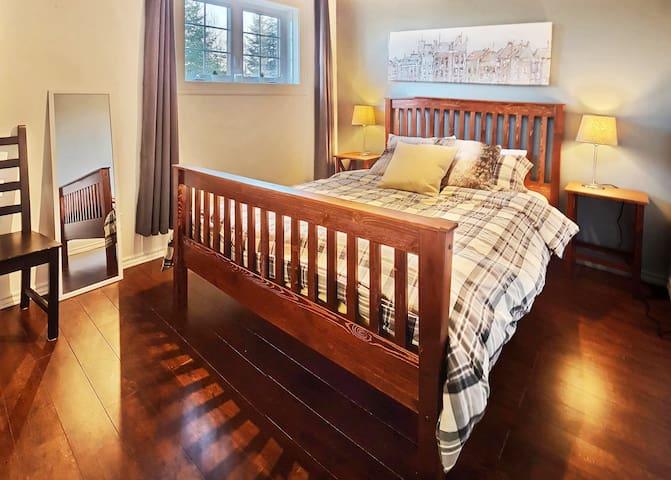 Profitez d'un grand lit Queen confortable  pour un repos bien mérité, d'une grande penderie et un garde-robe pour votre rangement.