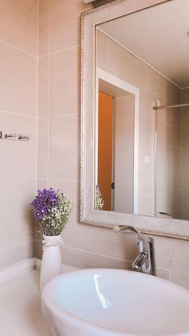 二楼的卫生间与小房间公用