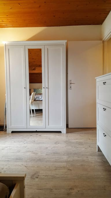 Une grande armoire avec beaucoup de place