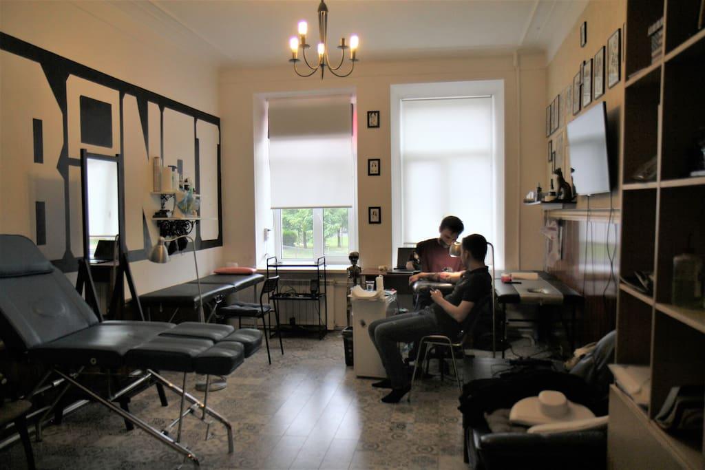 Первый рабочий кабинет, с телевизором, игровой приставкой и видом из окна на Садовую улицу