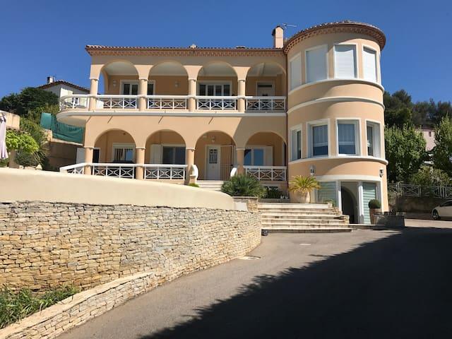 Appartement dans superbe villa avec piscine