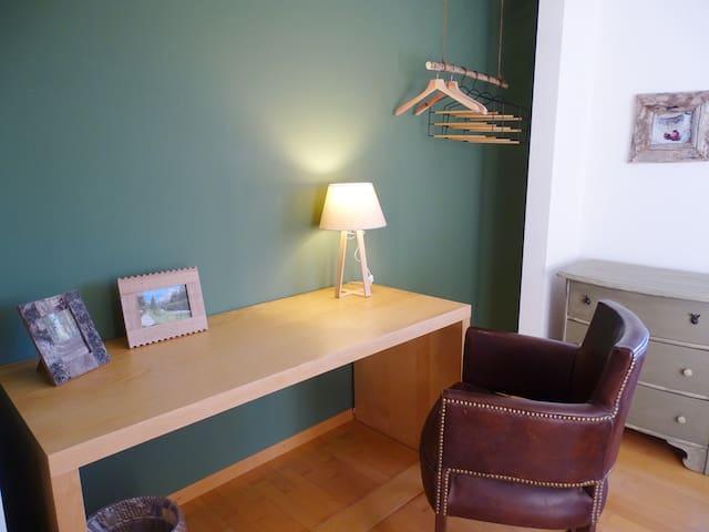 Schreibtisch und Garderobe
