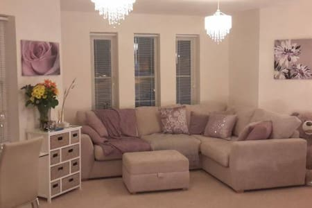 Room to rent within a 2 bed flat - Farnham