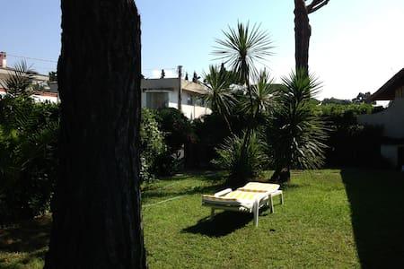 Villino con giardino 5 posti letto. - Villa