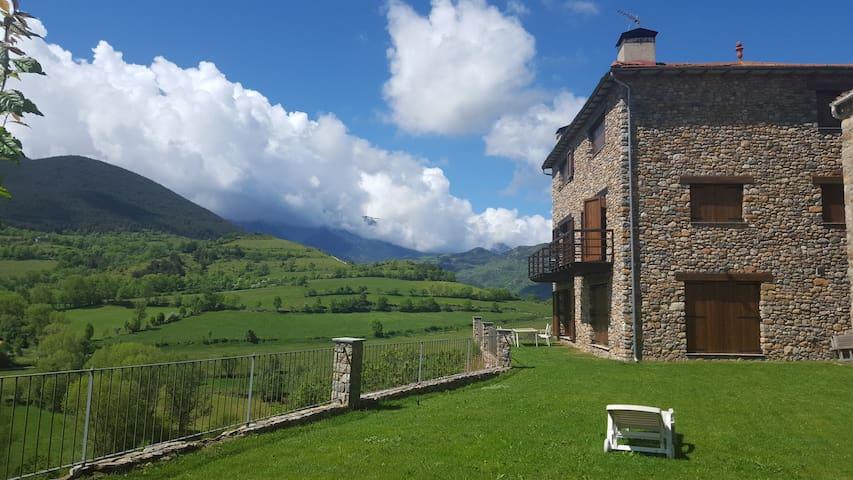 Casa y jardín con vistas al Cadí - Montellà - Casa
