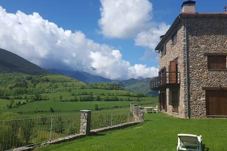 Casa y jardín con vistas al Cadí - Montellà