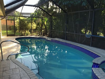 SERENE & ATTRACTIVE POOL HOME IDEAL - Estero - Huis
