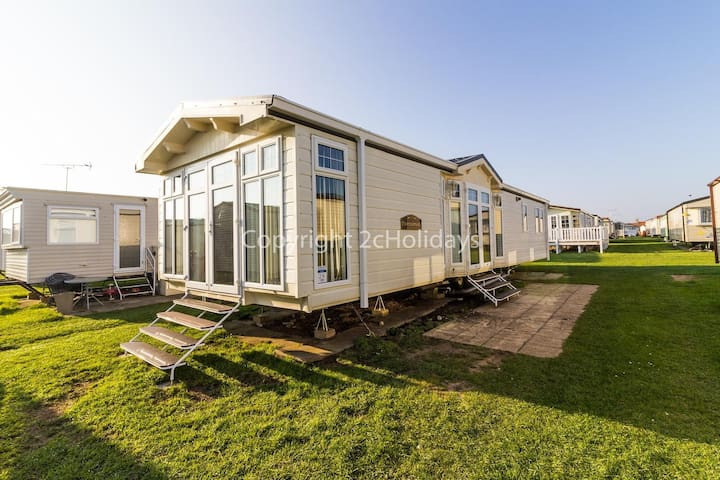 California Cliffs Norfolk 2 bed 6 berth mobile home with CH & DG. pets ok!