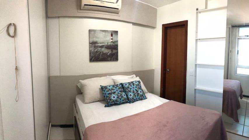 Suite recheada de armários e ar condicionado.