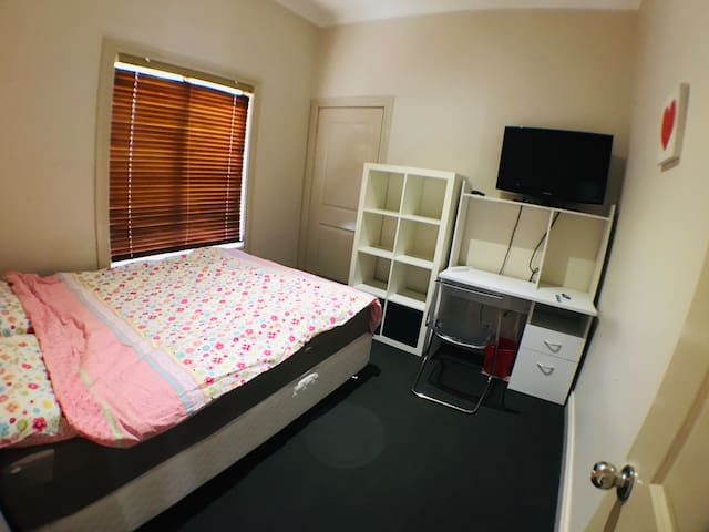 Affordable private room in the heart of Box HILL