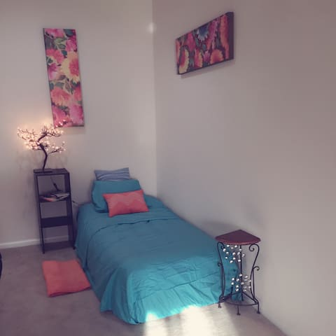 Colorful Soho Sleep Space DFW - Dallas - Apartment