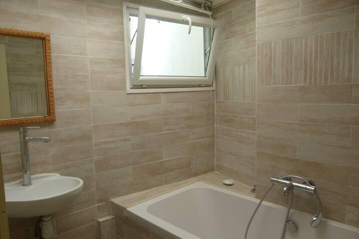 salle de bain lumineuse avec baignoire