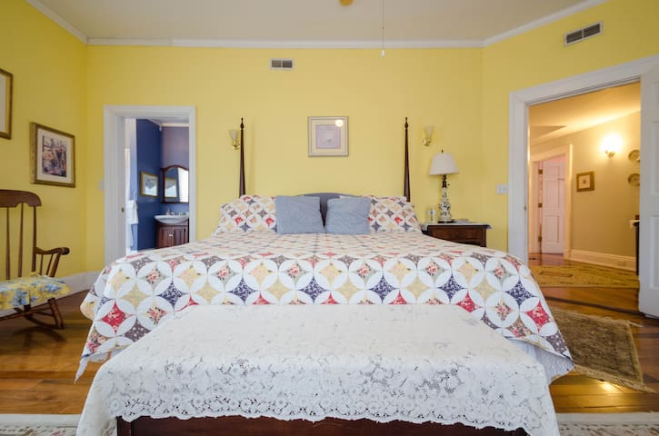 Grandma Dixon Room - 6 Acres B&B