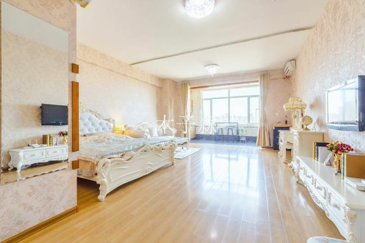 d中央大街上奢华欧式大公寓最多可住1~6人。机场大巴三号线中央大街站下车步行五分内钟到达公寓楼下