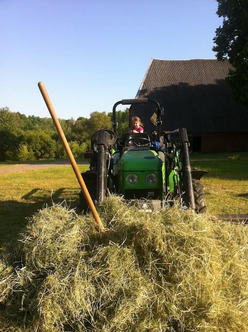 Beim Traktor-Fahren