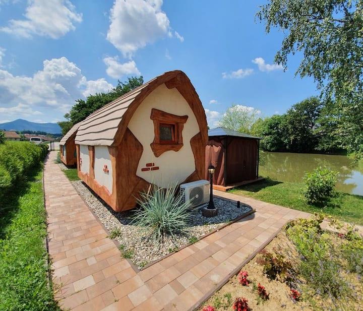 Labodja hiška, pravljična rajska vas ob ribniku