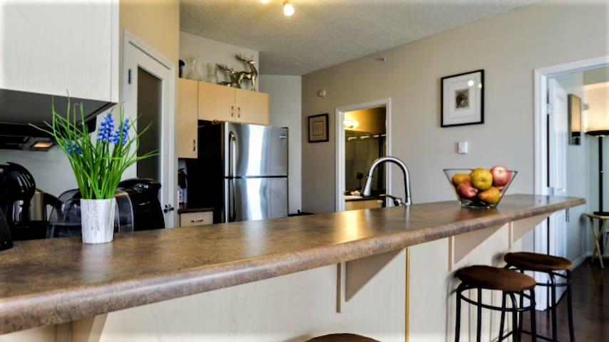 Modern PRIVATE Room + Ensuite ~ DT Iconic Condo
