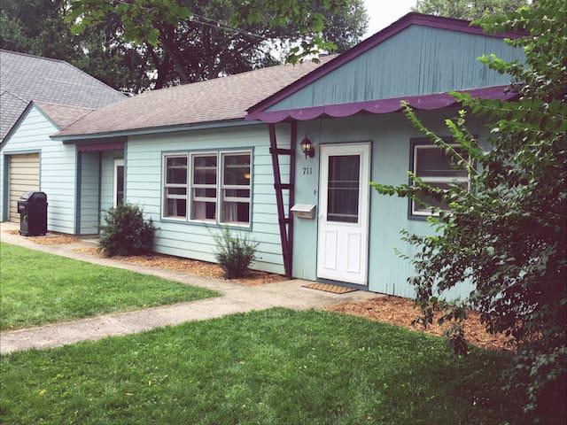 Charming Cottage Near Cornell College in Mt Vernon